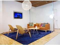 暖かみのあるスカンジナビア家具と、FIKAカフェコーナーを備えたゆったりと寛げる空間は、居心地の良い空間を演出しております。