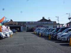 ショールーム前が駐車スペースになっています♪奥に見えているのが茨城県庁になります♪県庁の南西側に位置しています♪