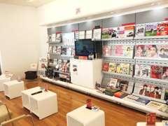 幅広いジャンルの雑誌をご用意しております。店内喫煙室も完備!ごゆっくりお過ごしください。