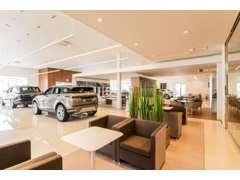 天井が高く、開放感のあるショールームです。常時ジャガー&ランドローバーの新車展示しております。