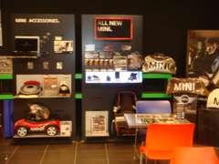 MINI/NEXT商談スペースはとてもエキサイティングなスペースです。セールスコンサルタントがお車選びをサポート致します。