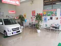 店内はディーラーのように、各メーカーの新車販売も可能です。お気軽にお立ち寄り下さい。