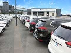 大型展示場に所狭しと特選車の在庫が並んでおります。サービス工場も認証工場となっております。