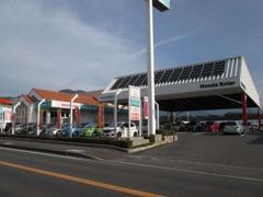 目印はおっきな屋根と緑の看板!屋根下にお客様駐車場をご用意しております☆