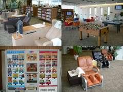 2Fラウンジスペースでは、フリードリンク・書籍・PC・マッサージチェアなど、お気軽にご利用いただける空間になっています。
