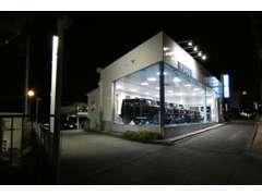 国道176号線沿のショールーム型店舗 展示車は毎日24時間ピカピカです 選び抜かれた自信の展示車 ナイター営業実施中