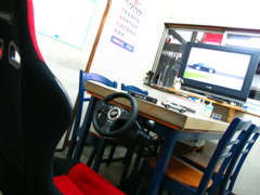 店内には、レーシングゲームを常設しておりますので、メンテナンスやオイル交換などの待ち時間を楽しめます。