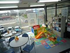 キッズコーナー完備の商談スペースで、お子様連れでも安心です!