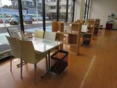 広々とした商談テーブル。ゆっくりおくつろぎください!