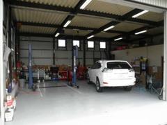 自社点検場を常設。一般整備から車検、愛車のカスタマイズもお任せください。ベース車両から好みの仕様に仕上げて納車もOK!