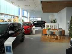 各ブランド最新鋭のショールーム!快適なショールームにて、お車選びのお手伝いから、ご購入後の整備待ちまで、ご対応致します。