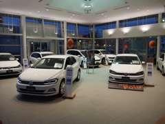 国道2号線沿、洋服の青山様の隣に当店はございます。多くの展示車・試乗車をご用意してお待ちしております。