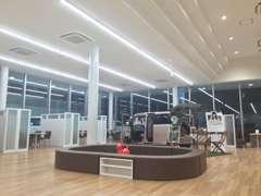 店内は明るく広いショールームとなっておりごゆっくりとおクルマのご検討が可能です。