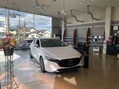店内の画像です♪商談スペースやキッズスペースなどお客様が安心してお車選びが出来るよう努めております♪