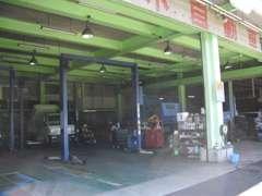指定工場(民間車検)の設備が整う本社工場です。当店にて車検整備・検査が可能です。もちろんその他の整備等も対応いたします。