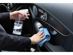 全展示車を除菌。特に手の触れる部分(ハンドル・レバー類・ダッシュボード・ドアノブ等)の拭き取り消毒を実施しております。