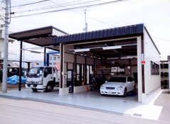 自社工場を完備しておりますので、お客様のお車の修理、メンテナンスなどをフットワーク良く対応させて頂く事が可能です。