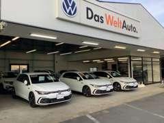 認定中古車ショールームと広い展示場には多数在庫がございます!