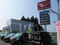 白を基調とした店内です。ダイハツ車特約販売店で展示台数150台、おいらせ・三沢市 最大級、年間販売買取台数1000台以上です。