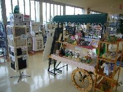 クルマ以外の商品も沢山展示しています。