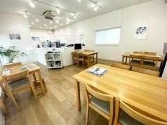 店内は北欧家具を取り揃えた落ち着いた空間。毎日ご来店されるボルボユーザー様でいつも賑やかです。
