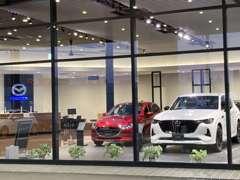 ショールーム内には4台の新車を展示、モーターショーと同じ手法でのライティングでマツダ車の魅力を再確認できます!