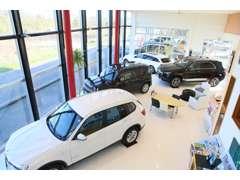 商談ルームからはショールームのお車はもちろん、屋根付展示場内のお車や・自社工場の作業風景等全てご覧いただけます!