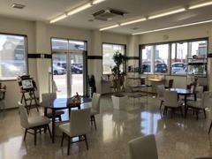 明るいショールームでゆったりと商談や整備をお待ちいただけます。
