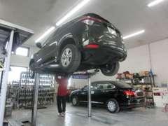 全車両入庫時に国家資格を持つ当社整備士によって隅々まで点検、整備したのち展示致しております。