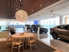 2階には新車と認定中古車を展示しております。北欧家具でアレンジし、洗練された空間を目指しました。
