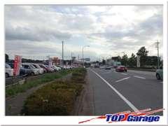 関越道「本庄児玉IC」を南に向かって左側です!中古車展示場を新オープン致しました!展示台数約100台!