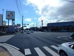 右手にLEXUS店、左側には、「やよい軒」が目印になります!!