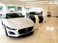 店内には正規ディーラーに相応しい最新モデルを常時展示。
