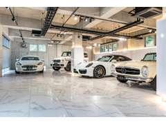 メルセデスベンツを中心とした高級車が並ぶ、白を基調とした明るい2階ショールーム。