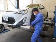 作業中の写真です。しっかりとお車の細部まで点検・整備をして、お客様に安心してもらえるよう日々努力しております!