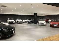 延床面積1453平米の広く開放的な店舗に、常時80台を展示!