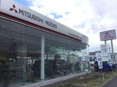 明るく広々としたショールームには三菱の新車を展示!商談スペースも広々としてますよ!