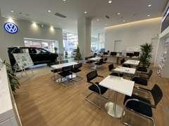 ひろびろとした商談スペースはホワイトを基調としたモジュラーコンセプトに基づき、お客様に快適な空間でお過ごし頂けます。