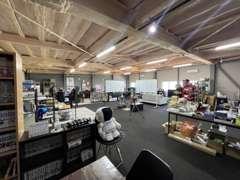 作業場と実際の作業の様子です!丁寧にお車を仕上げます(#^^#)