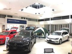 【正面入口】明るく広いフロアと魅力的な車がお出迎え♪常時様々な車が入れ替わりございますが、今回はアウトドアテイストです!
